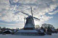 Niederländische Windmühle in der Winterzeit lizenzfreie stockfotografie