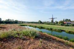 Niederländische Windmühle an einem Sommerabend lizenzfreies stockbild