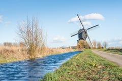 Niederländische Windmühle in einer Polderlandschaft Lizenzfreies Stockfoto
