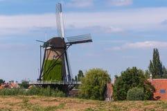 Niederländische Windmühle hinter einem Dike stockbilder