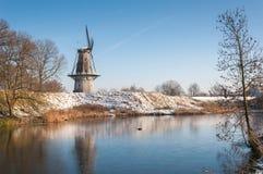 Niederländische Windmühle im Winter lizenzfreie stockbilder