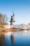Niederländische Windmühle im Winter lizenzfreie stockfotografie
