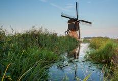 Niederländische Windmühle reflektiert im Fluss Lizenzfreie Stockfotografie