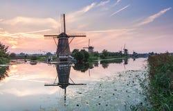 Niederländische Windmühle reflektiert im Fluss Lizenzfreie Stockbilder
