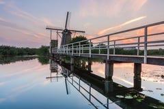 Niederländische Windmühle reflektiert im Fluss Lizenzfreies Stockbild
