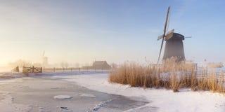 Niederländische Windmühlen in einem nebeligen Winter gestalten morgens landschaftlich Lizenzfreies Stockfoto