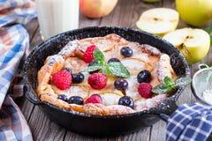 Niederländischer Babypfannkuchen mit Apfel und Zimt und frische Blaubeere Lizenzfreies Stockfoto