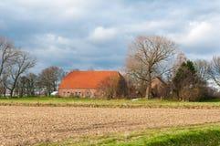 Niederländischer Bauernhof in einer bunten herbstlichen Landschaft Stockbild