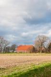 Niederländischer Bauernhof in einer bunten herbstlichen Landschaft Stockfotografie