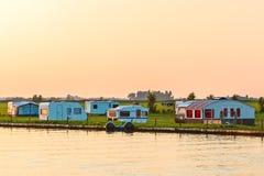 Niederländischer Campingplatz während des Sonnenuntergangs Stockbilder