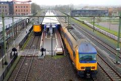 Niederländischer doppelstöckiger Bahnzug, der Bahnhof Steenwijk einträgt Lizenzfreie Stockfotografie