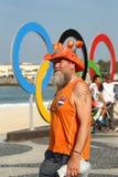 Niederländischer Fan nach Radfahren-Straßenwegwettbewerb Rio-2016 olympischem des Rios 2016 Olympische Spiele an Copacabana-Stran Stockbild