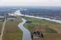 Niederländischer Fluss IJssel der Vogelperspektive nahe mittelalterlicher Stadt Kampen lizenzfreie stockbilder