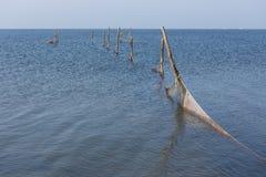 Niederländischer Graben entlang dem Meer mit Windkraftanlagen Lizenzfreies Stockfoto