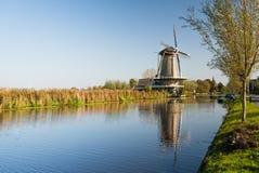 Niederländischer Kanal mit Windmühle stockfoto