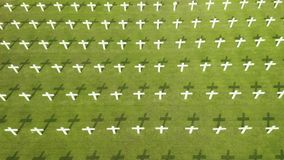 Niederländischer Kriegsfriedhof mit Kreuzen in Jakarta stock video