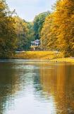 Niederländischer Park des Sommers mit Teich Stockbild