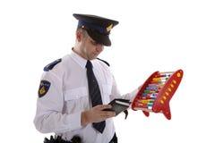 Niederländischer Polizeibeamte zählt Belegquoten mit Abakus ove Lizenzfreie Stockbilder