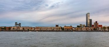 Niederländischer Skylinefluß Hafen Rotterdams, am Nachmittag lizenzfreies stockbild