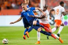 Niederländischer Spieler Bruno Martins Indi im Duell mit Aron Johannsson Lizenzfreie Stockfotografie