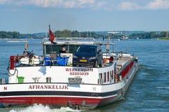 Niederländischer Towboat auf dem Rhein Ruedesheim morgens Rhein, Deutschland - 1. August 2016 stockbild