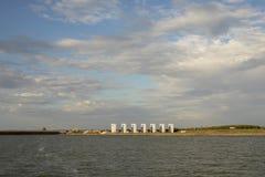 Niederländischer Wasserbau, Houtribsluizen bei Leystad, Schleuse, mit blauem Himmel und Wolken stockfotografie