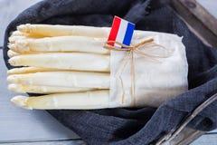 Niederländischer weißer Spargel des neuen Frühlinges, kochfertig, auf hölzernem BAC Lizenzfreie Stockfotografie