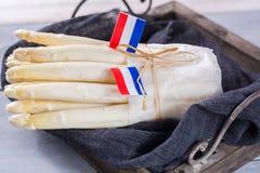 Niederländischer weißer Spargel des neuen Frühlinges mit niederländischen Flaggen, bereiten zu Co vor Stockbild