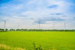 Niederländischer Windkraftanlagebauernhof lizenzfreie stockbilder