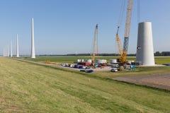 Niederländisches Ackerland mit Baustelle von neuen Windkraftanlagen Stockfoto