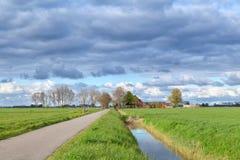 Niederländisches Ackerland mit bewölktem Himmel Lizenzfreie Stockbilder