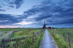 Niederländisches Ackerland mit Windmühle am Morgen Lizenzfreies Stockbild