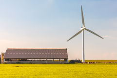 Niederländisches Bauernhaus mit Windkraftanlage Lizenzfreies Stockbild