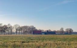 Niederländisches breites offenes Ackerland mit Bauernhof im Winter Achterhoek Gelder Lizenzfreies Stockfoto