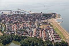 Niederländisches Fischerdorf der Vogelperspektive mit Hafen und Wohngebiet Stockfotografie