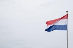 Niederländisches Flaggen-Fliegen im Wind Stockfoto