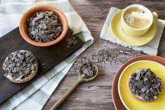 Niederländisches Frühstück mit Zwieback- und Schokoladenhagel, Flocken und gelber Becher Kaffee lizenzfreie stockfotografie