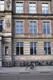 Niederländisches Gebäude und Fahrräder stockbild