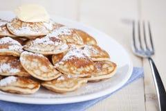 Niederländisches Lebensmittel: ` Poffertjes-` oder kleine Pfannkuchen Stockfotos