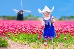 Niederländisches Mädchen im Tulpenfeld in Holland Stockfotos
