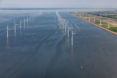 Niederländisches Meer der Vogelperspektive mit Offshorewindkraftanlagen entlang Küste Lizenzfreies Stockfoto