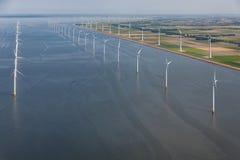 Niederländisches Meer der Vogelperspektive mit Offshorewindkraftanlagen entlang Küste Lizenzfreie Stockfotos