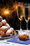 Niederländisches neues Year& x27; s Eve mit oliebollen, ein traditionelles Gebäck Stockbild