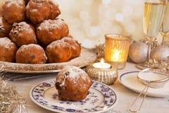 Niederländisches neues Year& x27; s Eve mit oliebollen, ein traditionelles Gebäck Lizenzfreies Stockfoto