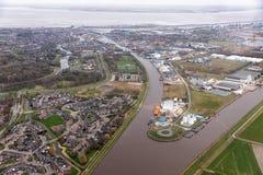 Niederländisches Wohngebiet Delfzijl der Vogelperspektive mit Kanal und Hafen lizenzfreies stockbild