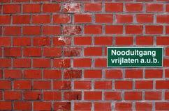 Niederländisches Zeichen, das bittet, den Fluchtweg frei zu halten Stockbilder