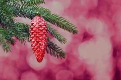 Niederlassung der Fichte mit rotem Weihnachtsspielzeug lizenzfreie stockfotos