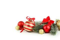 Niederlassung des Weihnachtsbaums mit den Bällen lokalisiert auf weißem Hintergrund Stockfotos