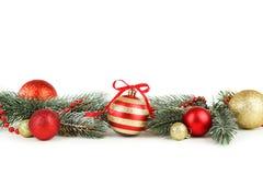 Niederlassung des Weihnachtsbaums mit den Bällen lokalisiert auf weißem Hintergrund Lizenzfreie Stockfotografie