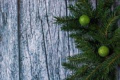 Niederlassungen der Fichte mit Weihnachtsdekorationen auf einem Hintergrund von alten Holzverkleidungen Lizenzfreie Stockfotografie